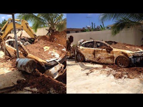 Anciano enterró su auto en su jardín para cobrar el dinero del seguro