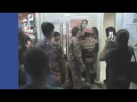 Wanita panik terperangkap antara dua pintu bank