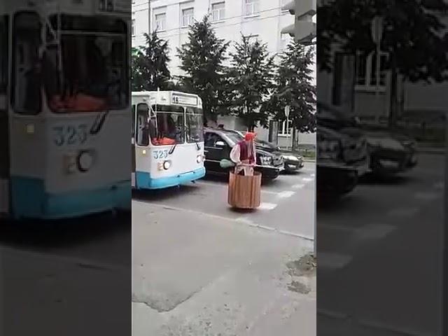 сввременная баба яга и светофор.
