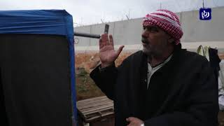 نازحون سوريون يحلمون بعبور الجدار الحدودي إلى تركيا - (25/2/2020)