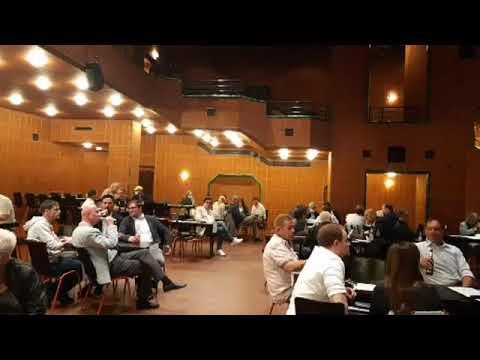 Kommunalwahl 2020: Im Theatersaal des Bergischen Löwen verfolgen die Parteien die Ergebnisse.