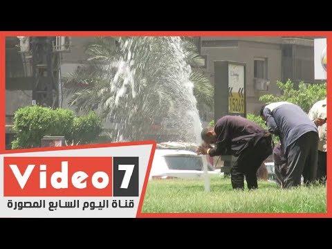 شاهد فرحة عمال النظافة بماسورة مياه في حر رمضان  - 18:02-2020 / 5 / 19