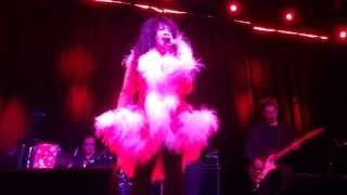 "Ronnie Spector singing ""I Saw Mommy Kissing Santa Claus"""