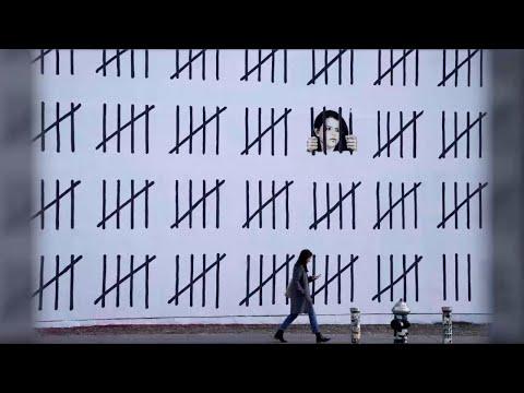 New York, la nuova opera di Banksy: un murale di 20 metri dedicato a una pittrice curda arrestata