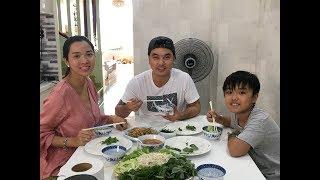 Ưng Hoàng Phúc giành nấu bánh hỏi thịt xào để chăm bà xã Hoàng Kim và hai con trai