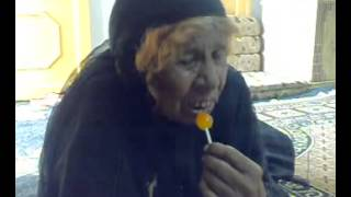 عجوز تاكل مصاصه