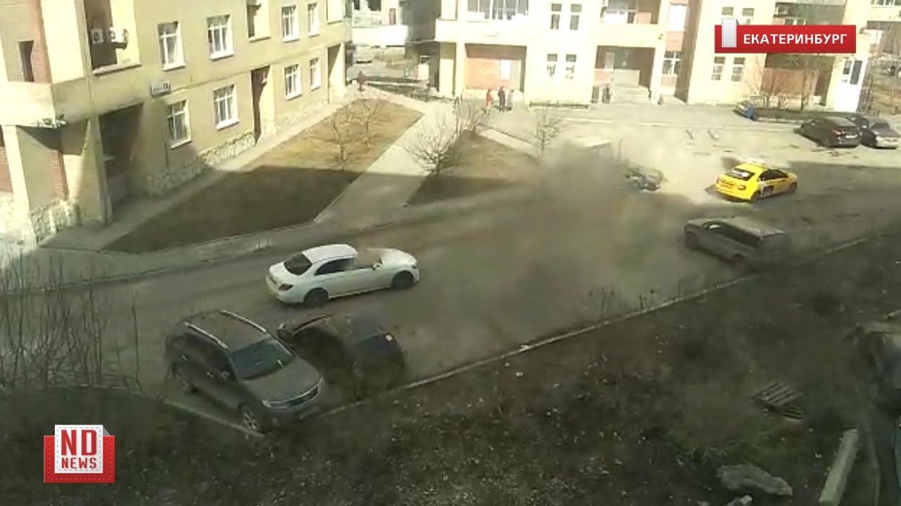 Трактор устроил пылевую бурю во дворе