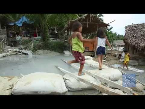 Kids Risk Death Diving for Gold in Philippines