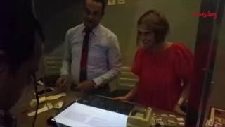 بالفيديو.. راندا البحيري تتابع إيرادات 'صابر جوجل' من داخل السينما