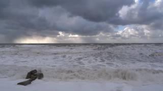 ШТОРМ Сочи 3 декабря 2016. ПЕНА на пляже. Штормовой ветер, как миксер, взбил пену на пляжах(ПОЛНЫЙ ЭКРАН - такие видео лучше смотреть во весь экран. Капучино на пляжах Сочи. Сильный ветер, до 30 м, шторм..., 2016-12-03T17:13:55.000Z)