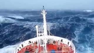 Video Amatir Detik-detik Kapal Diterjang Ganasnya Gelombang di Segitiga Bermuda - JPNN.COM