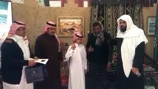 بالفيديو.. طالب ابتدائي يلقّن مسلمًا جديدًا الشهادة - صحيفة صدى الالكترونية