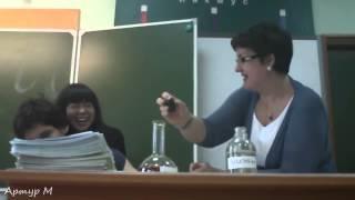 Учительница химии режет ученику руку прямо на уроке!