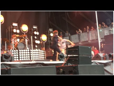 Boston Calling 2017 - Crazy fan stage dives during