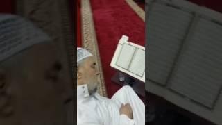 مؤذن مسجد يلفظ أنفاسه الأخيرة قبل رفع أذان الفجر في جدة (فيديو)
