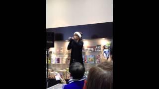某店舗にて、諸星和己さんが来店した時の動画です☆ほぼ正面から男前に撮...
