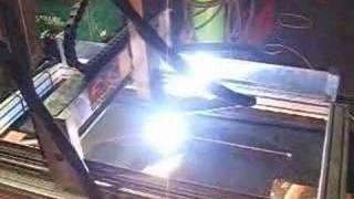 CNC Plasma brennen Plasmaschneiden Plasmaschneider Plasmaschneidanlage Fräse(Die High-Z S-720 in Aktion als Plasmaschneider / Plasmaanlage zum Brennen leitbarer Metalle. Hier im Beispiel wird 10mm Stahl gebrannt. Plasmacutting ist in ..., 2008-04-07T11:40:49.000Z)