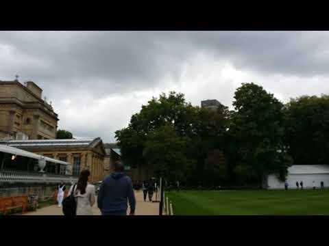 Mama ju di Buckingham Palace, London.