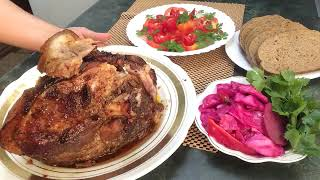 Рулька запеченная в духовке . Рецепт мясного блюда из свиной ноги .