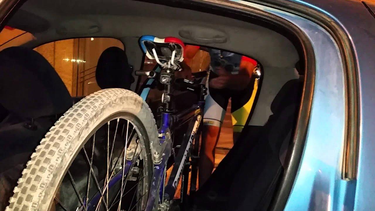 C mo meter una bici de monta a en un coche peugeot 206 for Como guardar bicis en un piso