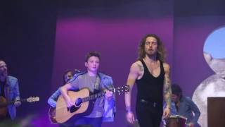 Julien Doré invite sur scène un jeune guitariste - Toulouse - 03/05/2017