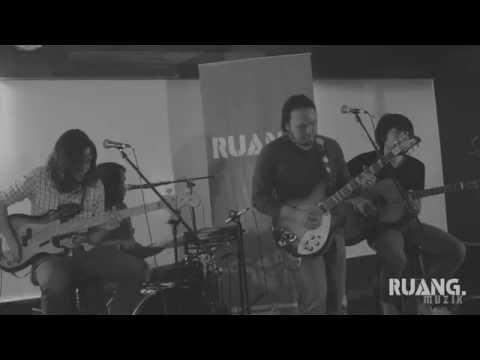 """PITAHATI - """"Cahaya Dalam Buta"""" at #RUANGMUZIK Acoustic Series, 28th February 2014"""