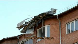 Рабочие скидали остатки рухнувшей из-за урагана крыши в Бердске