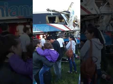 Un camión y un colectivo chocaron en la Ruta Nacional 14 Vídeo 01