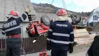 Accident TIR cu cherestea la Prisaca Dornei, Vama, Suceava