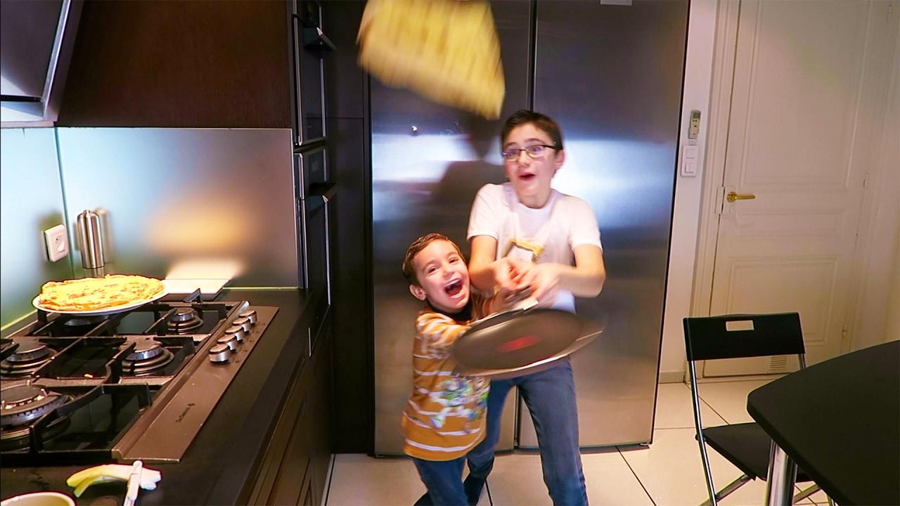 on fait des cr pes dans la cuisine pour la chandeleur