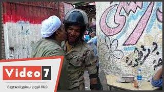 """مواطن يقبل عناصر الجيش أمام إحدى اللجان ببولاق: """"ربنا يحميكوا لمصر"""""""