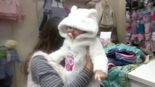 В детском магазине с куклой реборн)))