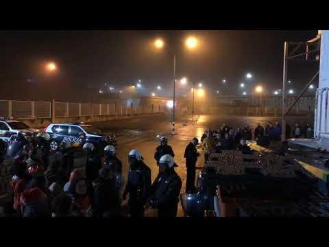 Carga policial contra un piquete de traballadoras no porto de Marín