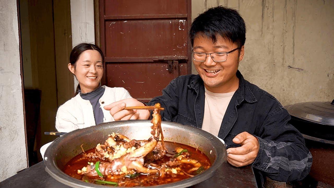 4斤八爪鱼做的水煮大餐,1条一斤多,满盆红油下饭,大sao今天吃顿好的!【徐大sao】