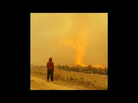 Redemoinho de fogo surpreende bombeiros
