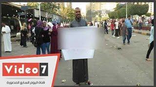 شاب مغرم يرفع لافتة لحبيبته من ميدان مصطفى محمود