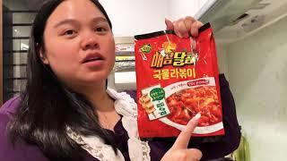農心 韓國年糕泡麵湯????紅色(甜辣)  農心推出三款同口味的「湯汁泡麵年糕」滿滿的年糕連魚板都有呢!一包裡面有著年糕、麵 、醬汁和魚板,只要放到水裡煮就OK啦!超簡單 快速上桌 甜辣好滋味