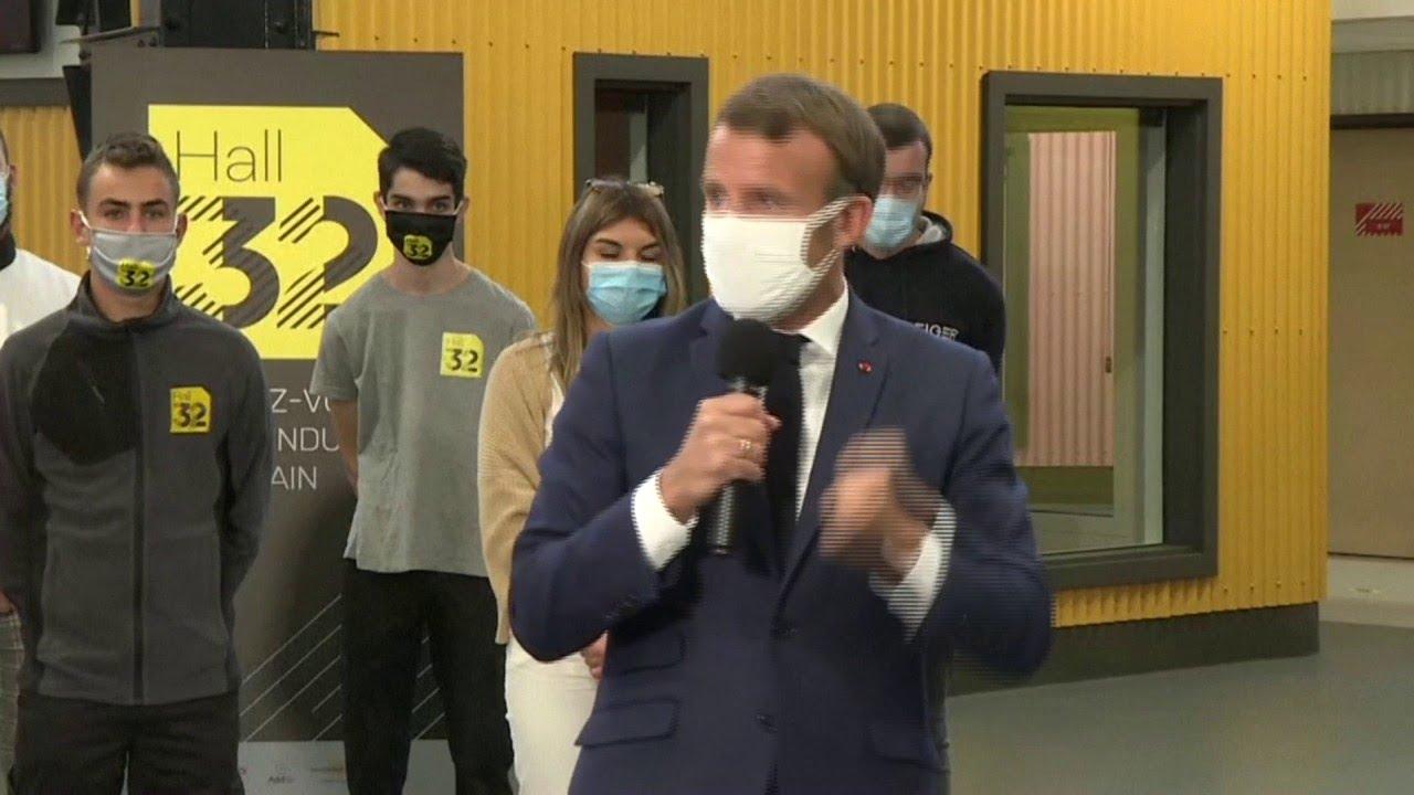 Emmanuel Macron se atraganta con la mascarilla