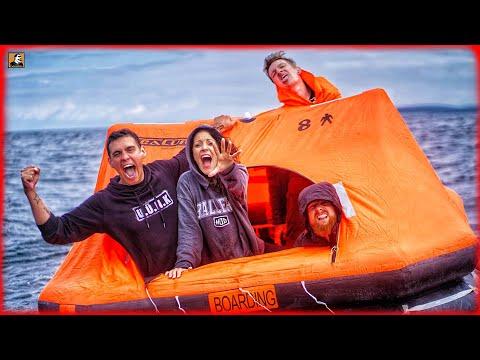 AUSGESETZT IM MEER! - Überleben auf Rettungsinsel mit 4 Personen | Survival Mattin
