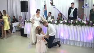 Жених и невеста танцуют классно на своем свадьбе 2019.