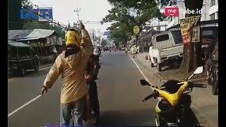 Viral Aksi Pria Hadang Pengendara Motor yang Melintas Lawan Arah di Ciputat - SIM 07/05