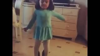 Девочка танцует под песню