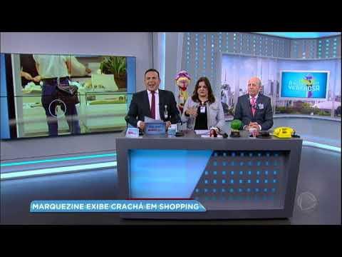 Hora da Venenosa: Bruna Marquezine exibe crachá em shopping