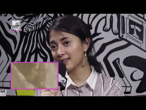 Rahmania Astrini Sings Songs At Random On Karaoke Roulette  (MTV Meets)