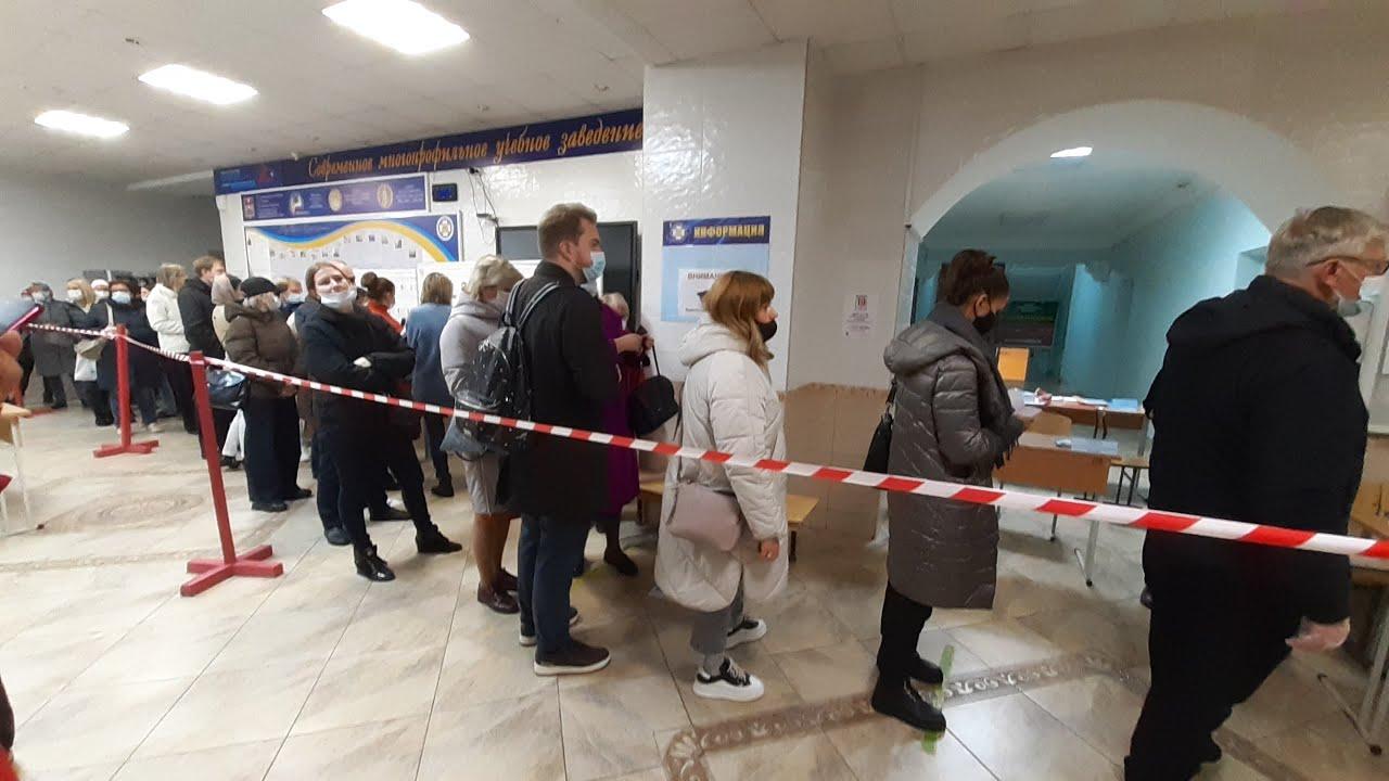 Избиратели стояли даже на улице — выборы начались с огромных очередей