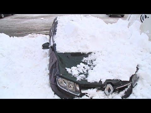 Снег с крыши упал на машину и разбил лобовое стекло