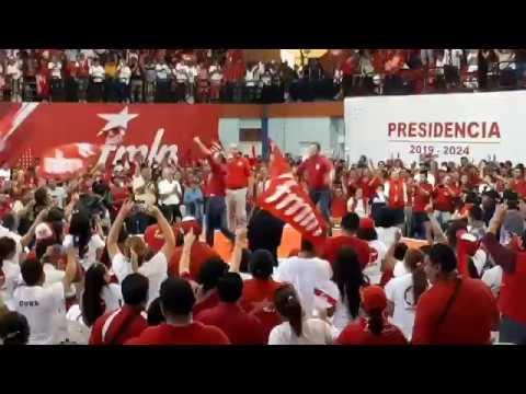 Hugo Martinez saltando FMLN