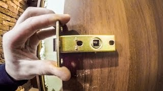 Как врезать замок в межкомнатную дверь своими руками правильно + видео