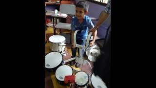 Niño tocando tarola increible