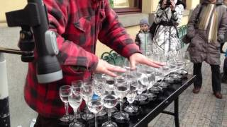 Street artist playing Hallelujah with crystal glasses (MUSIK GELAS) - Stafaband